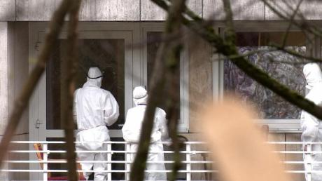 Pflegekräfte in Schutzkleidung vor einem Altenheim.
