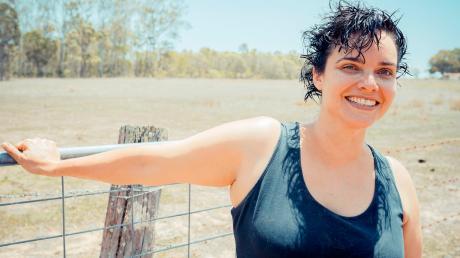 """Vivien 'Viv' aus Australien ist bei """"Bauer sucht Frau International"""" 2020 dabei. Hier gibt es den Nachbericht zu Folge 1 gestern."""
