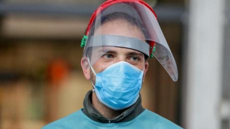 Ein Mitarbeiter des provisorischen Krankenhauses auf der Madrider Messe trägt Mund- und Gesichtsschutz.