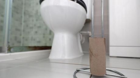 Eine leere Rolle Toilettenpapier im Badezimmer eines Privathaushaltes in London.