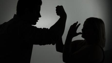 Während der Ausgangsbeschränkungen kommt es auch vermehrt zu häuslicher Gewalt.