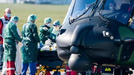 Ein Hubschrauber bringt Corona-Patienten aus Frankreich.