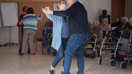 Altenpfleger beim Tanz mit Bewohnern des Marienstift während eines Auftritts von Schlagersänger Freddy Caruso im Garten des Altenheimes.