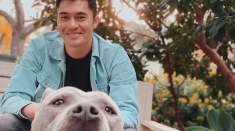 «Crazy Rich»-Star Henry Golding hat sich für die Zeit während der Corona-Krise einen Hund besorgt.