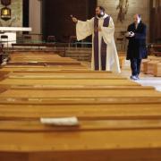 In Seriate, einer Gemeinde in der italienischen Provinz Bergamo, werden Särge gesegnet. Italien verzeichnet noch immer die meisten Todesfälle im Zusammenhang mit demCoronavirus.