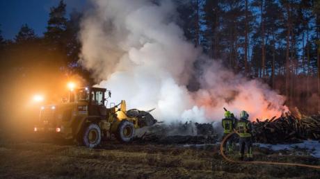 Die Feuerwehr löscht etwa 10.000 Kubikmeter brennende Holzstämme im Landkreis Barnim.