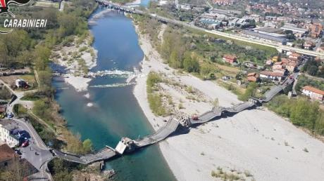 Die von der Polizei zur Verfügung gestellte Luftaufnahme zeigt die eingestürzte Brücke über einem Fluss.