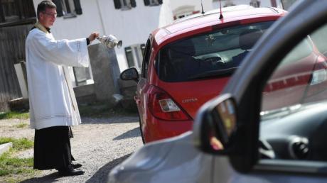 Pfarrer Rudolf Scherer führt die Speisenweihe per Drive-in durch.