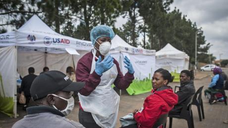 In Ländern wie Südafrika kämpfen Ärzte und Pfleger gegen das Coronavirus und gegen viele Vorurteile.