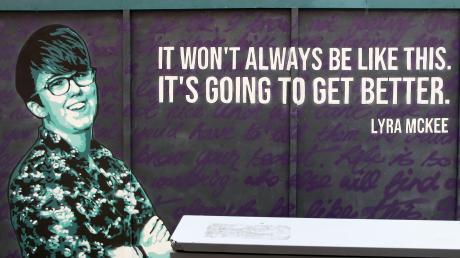 """Dieses Bild erinnert an einer Wand in Derry an die tote Lyra McKee und ihren berühmtesten Satz: """"It won't always be like that. It's going to get better."""""""