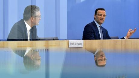 RKI-Präsident Lothar H. Wieler (l) und Gesundheitsminister Jens Spahn während der Pressekonferenz in Berlin.