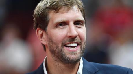 Der ehemalige deutsche Basketballspieler Dirk Nowitzki vertreibt sich mit seinen Kindern die Zeit vorm Fernseher.