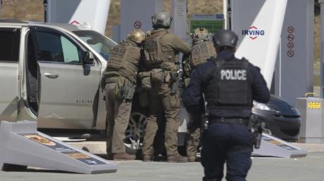 Beamte der kanadischen Polizei kurz vor der Tötung des Tatverdächtigen.
