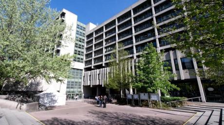Am Landgericht München II hat im Missbrauchsprozess gegen einen 56-Jährigen nun die Mutter der Opfer, seine Stieftochter, ausgesagt.