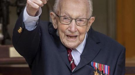 """Mit seiner Spendenaktion bedankte sich """"Captain Tom"""" bei den Mitarbeitern des britischen Gesundheitswesens NHS."""