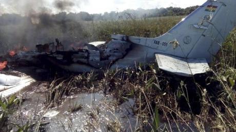 Bei dem Absturz des zweimotorigen Flugzeugs sind alle sechs Menschen an Bord ums Leben gekommen.