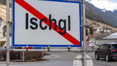 Ein Ortsschild am Ausgang der Ortschaft Ischgl. In dem Wintersportort hatten sich zahlreiche Menschen mit dem Coronavirus angesteckt.