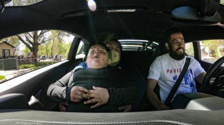 Der fünfjährige Adrian fährt in einem Lamborghini Huracan. Ein Lamborghini-Besitzer hat den Jungen nach seiner Spritztour besucht und macht mit ihm eine Spritztour.