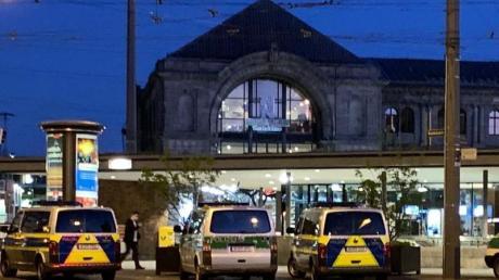 Zahlreiche Streifenwagen und Zivilfahrzeuge der Polizei stehen auf dem Platz vor dem Hauptbahnhof in Nürnberg.