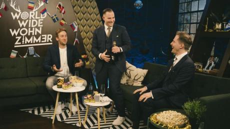 Youtuber Freshtorge (l) und die Zwillinge Dennis und Benni Wolter in der Sendung «World Wide Wohnzimmer - das ESC-Halbfinale 2020».