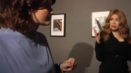 Die Autorin und Journalistin Sophie Passmann (l) und die Moderatorin Palina Rojinski im Gespräch in in der fingierten Kunstausstellung «Männerwelten» (Standbild).