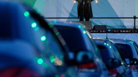 Der Sänger Heino steht bei einem Auto-Konzert auf der Bühne.