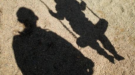 Die Corona-Krise hat einer Studie zufolge bei Vätern zu einer Verschiebung der Stressfaktoren geführt.