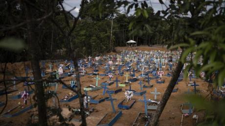 Frische Gräber auf einem Friedhof in Manaus.