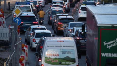 Autos stehen in der Stuttgarter Innenstadt im Stau. Greenpeace erwartet wegen der Corona-Krise mehr Verkehr.