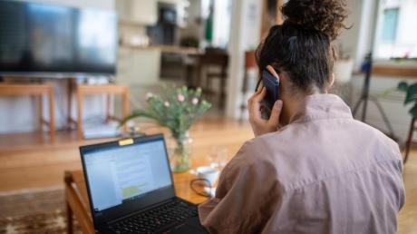 Telefonkonferenz aus dem Wohnzimmer.