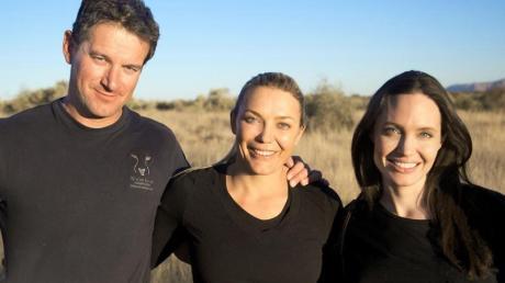 Der Naturschützer Rudie van Vuuren (l), seine Frau Marlice van Vuuren (M) und die US-Schauspielerin Angelina Jolie beim Besuch im Na'ankuse-Wildschutzgebiet.