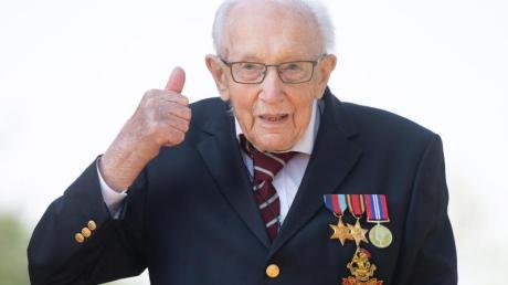 Der 100 Jahre alte Brite Tom Moore wird zum Ritter geschlagen.