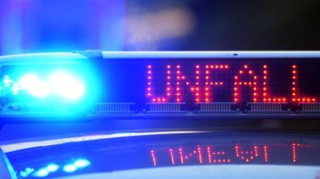 Ein 28-Jähriger kommt bei Indersdorf am Montag mit seinem Audi von der Straße ab. Der Mann kommt mit schweren Verletzungen ins Krankenhaus.