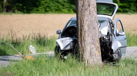 Ein zerstörtes Auto steht an der Unfallstelle. Ein Autofahrer ist in Pöcking bei Starnberg in eine Gruppe von Fußgängern gefahren.
