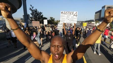 Demonstranten fordern Gerechtigkeit für den Tod des Afroamerikaners ein.