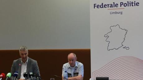 Staatsanwalt Guido Vermeiren (l) und Kris Vandepaer von der föderalen Kriminalpolizei Limburg, bei einer Pressekonferenz der Staatsanwaltschaft Hasselt zu der Entführung eines 13-jährigen Jungen.