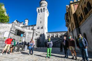 Mundschutz und die magische Grenze von 1,5 Metern Abstand: Auf Schloss Neuschwanstein werden die Corona-Vorgaben streng kontrolliert. Statt 58 nehmen jetzt maximal zehn Besucher an den Führungen teil.