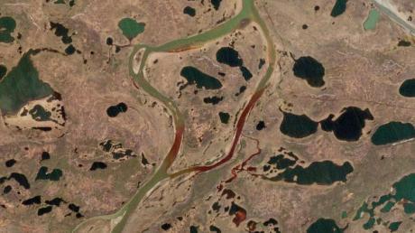 Das Satellitenbild zeigt ein Öl-Leck in der Nähe der sibirischen Stadt Norilsk, rund 21 000 Tonnen Diesel sind dadurch bereits in die Natur gelangt und unter anderem in den Fluss Ambarnaja geströmt.