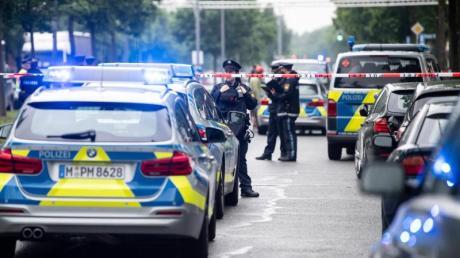Mehrere Einsatzfahrzeuge der Polizei sichern den Tatort.