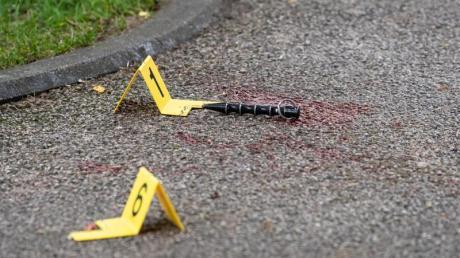Blut und Markierungen der Polizei sind am Tatort zu sehen.
