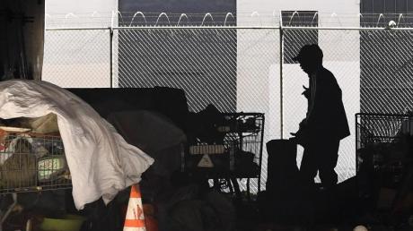 Ein Obdachlosenlager unter einer Highway-Brücke in Los Angeles.