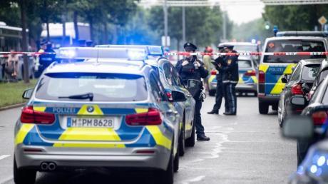 Drei Menschen wurden verletzt, ob durch die Kollision mit dem Auto oder durch die nachfolgende Prügelei, war zunächst unklar.