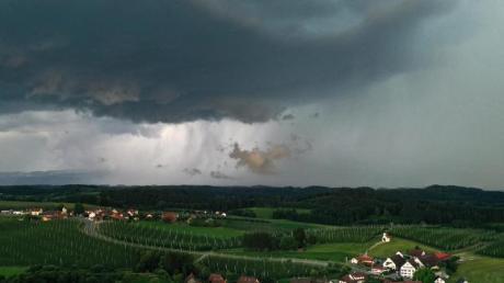 Unwettergefahr: Für den Mittwochabend warnt der Deutsche Wetterdienst (DWD) in der Region Augsburg vor heftigen Gewittern mit Starkregen und Hagel.