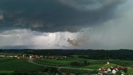 Ein heftiges Gewitter zieht von den Alpen Richtung Allgäu.