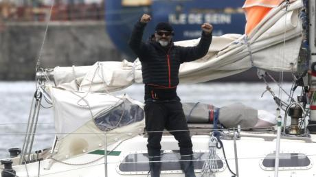 Juan Manuel Ballestero steht auf seinem Boot. Am 24. März - nachdem Argentinien alle Flüge gestrichen hatte - legte er im Hafen von Porto Santo in Portugal ab und erreichte am 17. Juni Mar del Plata.
