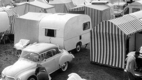 Ferien auf Rädern - Blick auf Camping-Platz (1961).