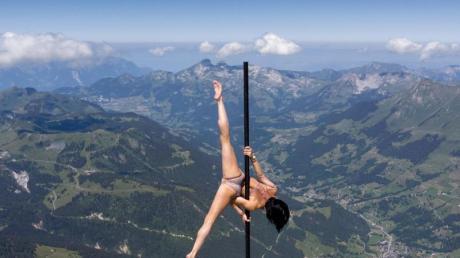Die italienisch-schweizerische Stangenakrobatin Sheila Nicolodi auf einem Berggipfel in 3000Metern Höhe.