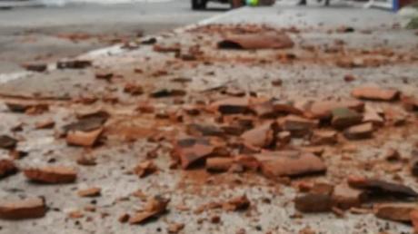 Kaputte Kacheln liegen nach demBeben auf einer Straße der Ortschaft Crucecita.