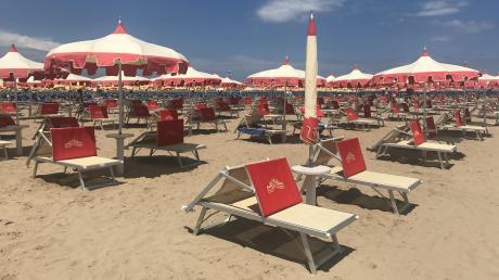 Nichts als leere Liegen: So sieht es in diesen Tagen in Rimini aus.