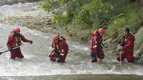 Polizisten und Feuerwehrmänner suchen im Fluss Osablaha nach einer verunglückten Frau.